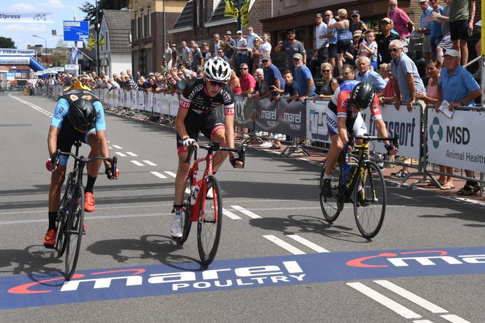 Jody Jochems (midden) wint de sprint bij de nieuwelingen in wielercriterium Daags na de Tour.