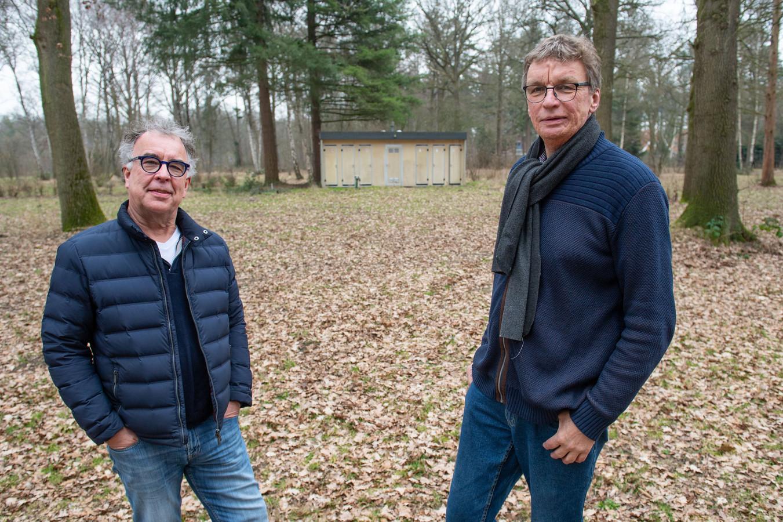 Harrie Wijermars (links) en Ernst Ossewaarde op de voormalige boscamping die al meer dan tien jaar niet wordt gebruikt.