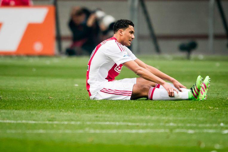 Riedewald, kort nadat hij tegen Feyenoord de blessure opliep wat later een enkelbreuk bleek te zijn. Beeld anp