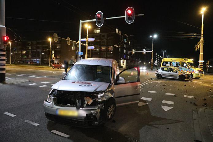 Bij de aanrijding op de kruising Laan van Presikhaaf met de IJssellaan in Arnhem raakte een bestuurder gewond.
