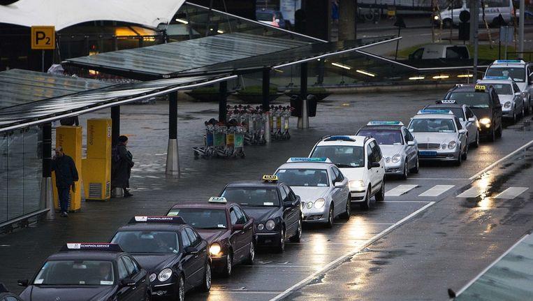 Taxi's bij een standplaats voor de luchthaven Beeld anp