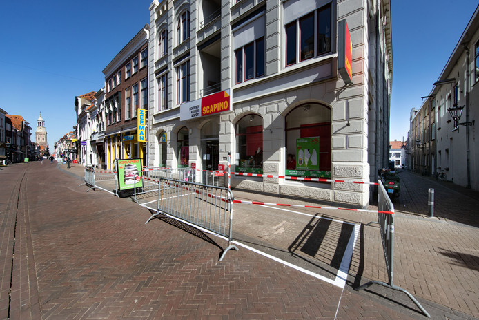 Fietsparkeervakken in de Oudestraat. Pal voor diverse winkels zijn parkeervakken aangelegd voor fietsen.