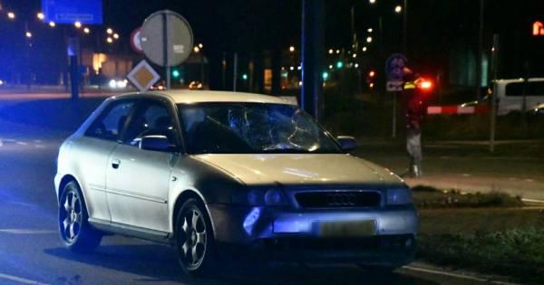 Fietser ernstig gewond bij aanrijding in Enschede: weg voorlopig afgesloten.