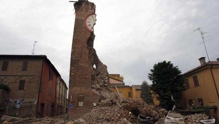 In Finale Emila stortte een toren door de krachtige aardbeving in. Beeld afp