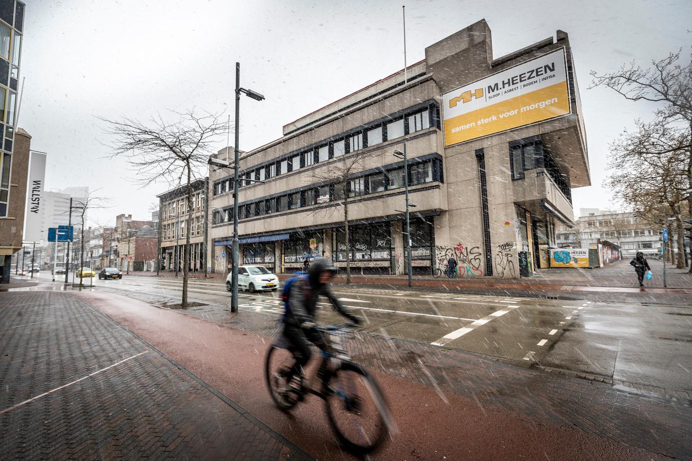 De gevel van het voormalige ABN AMRO-gebouw aan het Stadhuisplein / de Wal in Eindhoven blijft mogelijk behouden in de nieuwbouwplannen van GEVA BV.