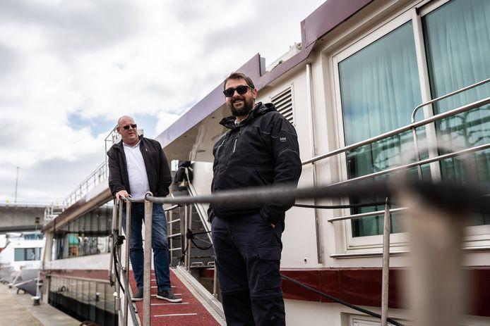 Roger Spoor (links) en Dimitar Karavainov bewaken de stilliggende cruiseschepen.
