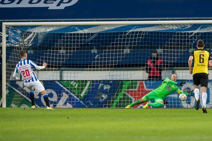 Vitesse-doelman Remko Pasveer redt op de inzet van Heerenveen-middenvelder Joey Veerman.