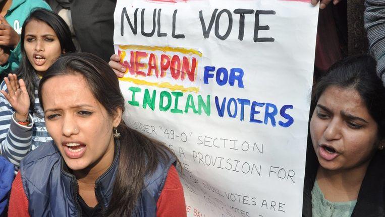 Indiase vrouwen vrijdag tijdens een protestbijeenkomst in New Delhi ter herinnering van de verkrachte 23-jarige vrouw. Beeld epa