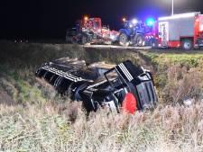 Vrachtwagen van de weg bij Sint-Annaland, chauffeur gewond