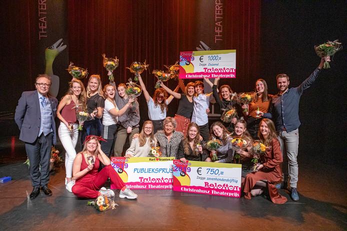 De groepsfoto van de deelnemers aan de finale van de Christenhusz Theaterprijs.