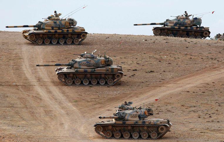 Turkse legertanks nemen posities in bij de Turks-Syrische grens. Beeld REUTERS