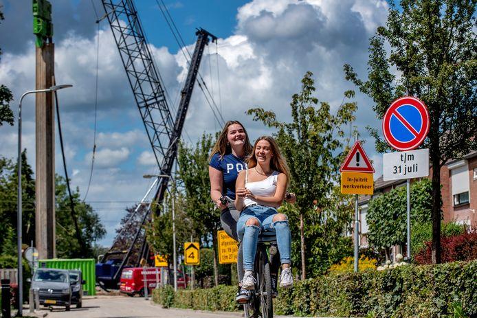 De spoorwegovergang in Tricht is nu afgesloten. Vorig jaar werd er al hard aan gewerkt en konden fietsers er nog langs.