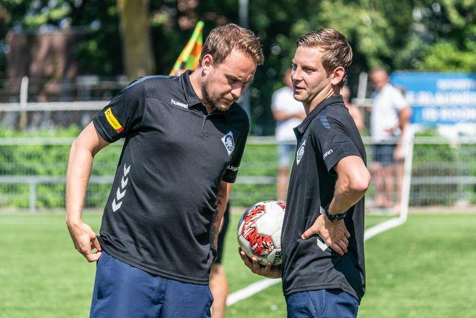 RKHVV-trainer Maik Angenent luister naar zijn assistent Jillert Krikke bij RKHVV.