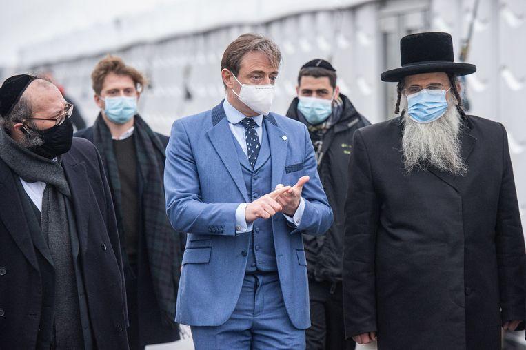 Antwerps burgemeester Bart De Wever (N-VA) en opperrabijn Aaron Schiff. Beeld BELGA