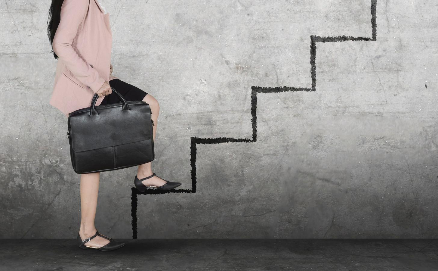 De Tweede Kamer wil dat beursgenoteerde bedrijven verplicht worden om meer vrouwen in hun raden van commissarissen te benoemen.