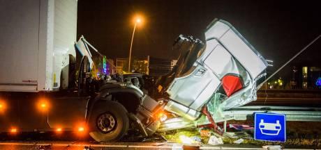 Vrachtwagen rijdt de vangrails in op A50 bij Eindhoven, afrit tot 10.00 uur afgesloten
