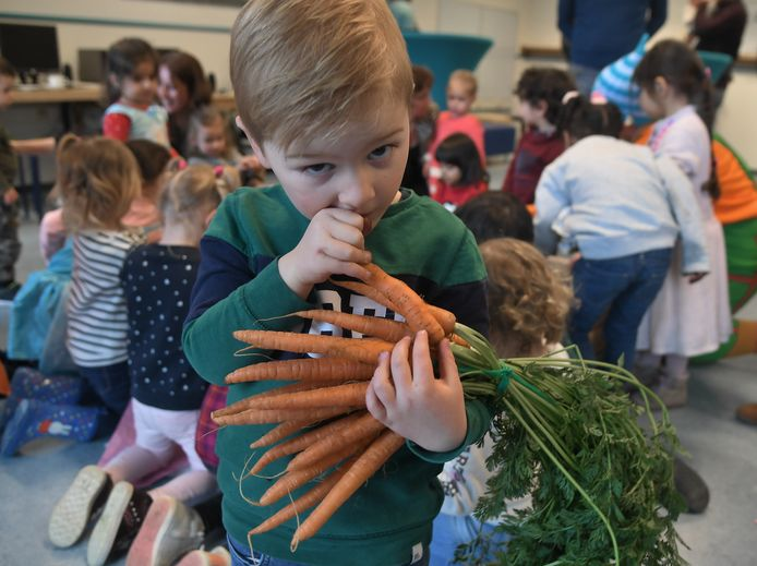 Kai Jansen (3) uit Middelburg houdt wel van wortels.