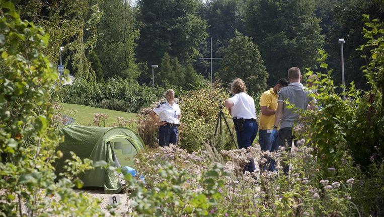 De politie doet onderzoek nabij de Sloterplas, waar zondag een joggende vrouw werd verkracht. Beeld Floris Lok