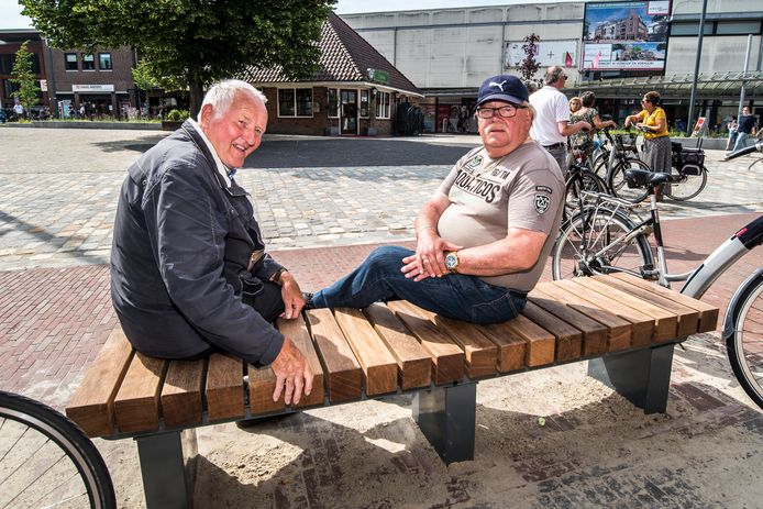Jan Baan (links) en Gerrit ten Hove zijn vaste bezoekers van het Rijssense centrum. Ze zijn ervan overtuigd dat corona nog wel weer terugkeert.