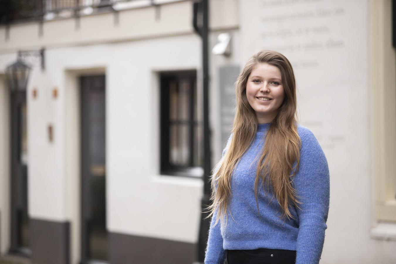 Emma Mouthaan (25) schrijft over besparen voor studenten, en belegt zelf het geld dat ze overhoudt.