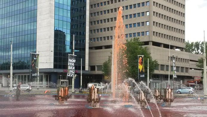 Omstreeks half twee vanmiddag spoot de fontein op het Hofplein in Rotterdam dan eindelijk oranje.