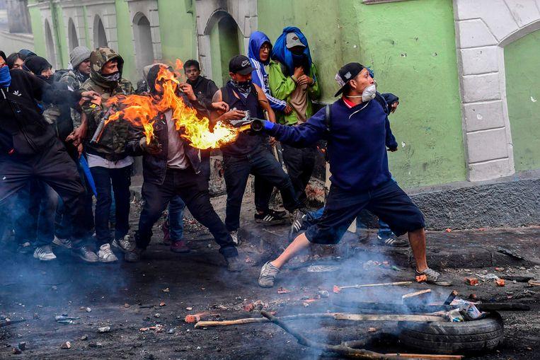 Rellen in Quito tegen de stijgende benzineprijs. De regering heeft vorige week subsidies op diesel en benzine afgeschaft. Beeld AFP