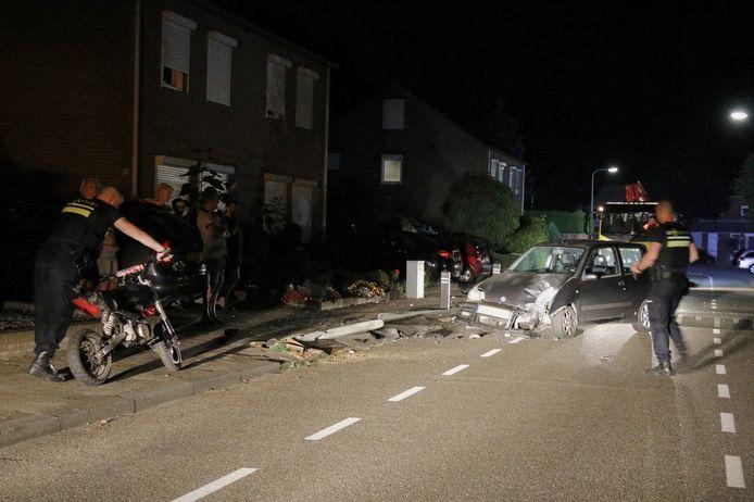 Een auto vloog op de Langeweg in Gennep uit de bocht en ramde een lantaarnpaal. De bestuurder is gevlucht.