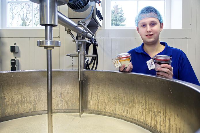 Dirk Pullens uit Raamsdonk houdt melkvee en maakt zelf ook allerlei zuivelproducten, zoals yoghurt, karnemelk en toetjes, onder de merknaam de Ambachtshoeve.