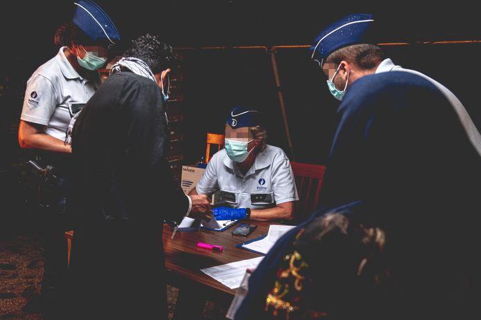In het militair kwartier in Peutie vinden onder meer een identiteitscontrole en een medisch onderzoek plaats.