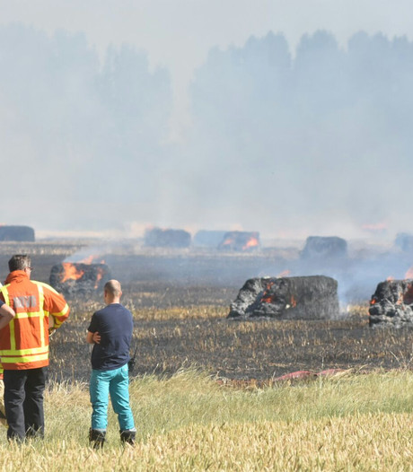 Groot veld met strobalen in brand bij Axel