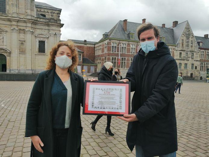 Actie kinderopvang in Gent - Mathias De Dlercq (Open Vld) en Elke Decruynaere (Groen) nemen de petitie in ontvangst.