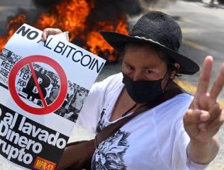 """""""Nee tegen bitcoin"""": protest in eerste land ter wereld waar cryptomunt wettig betaalmiddel is"""