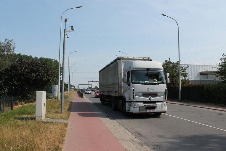 De camera's langs de Humaniteitslaan halen zwaar sluipverkeer er vanaf maandag uit. Voor alle duidelijkheid: dit beeld suggereert geenszins dat deze trucker niet in Ruisbroek moet zijn.