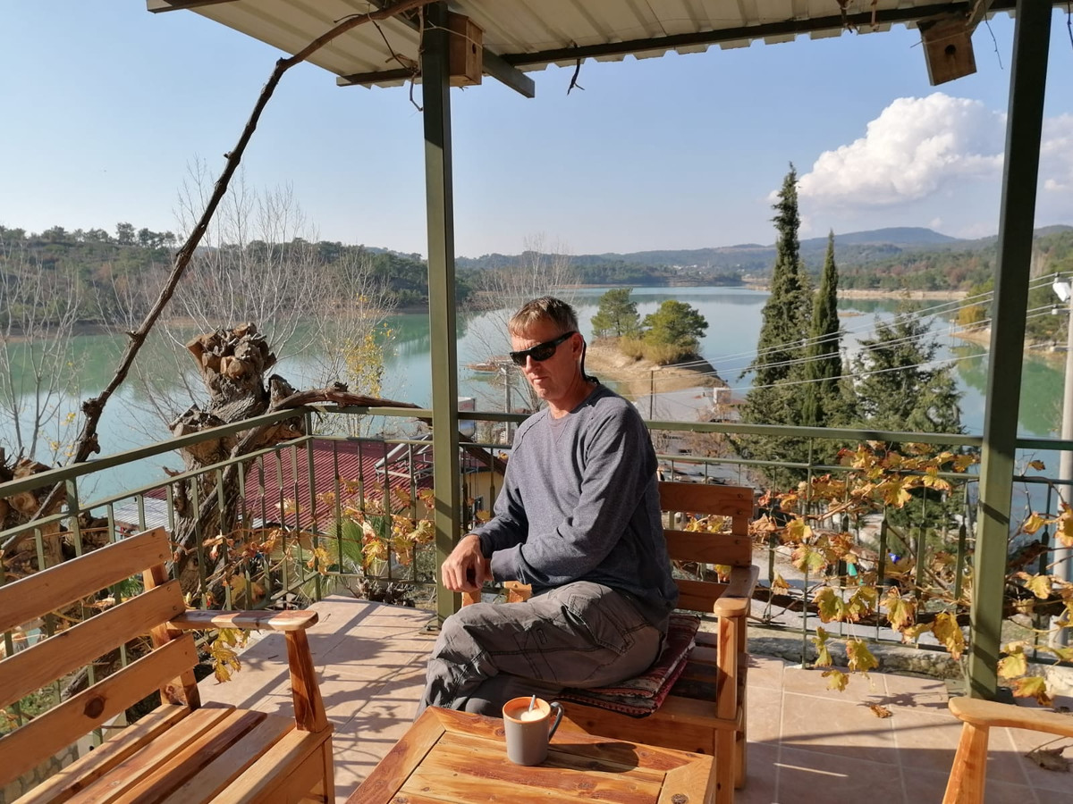 Erik Roosenboom in zijn vakantiewoning aan een stuwmeer in Turkije