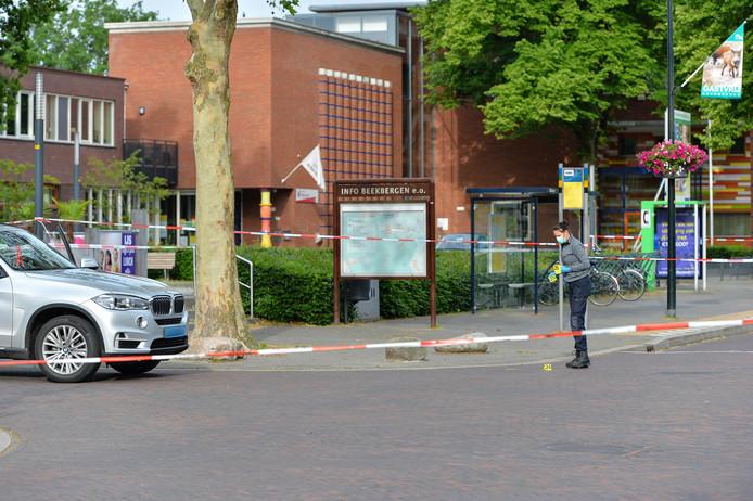 De politie zoekt na het steekincident naar sporen.