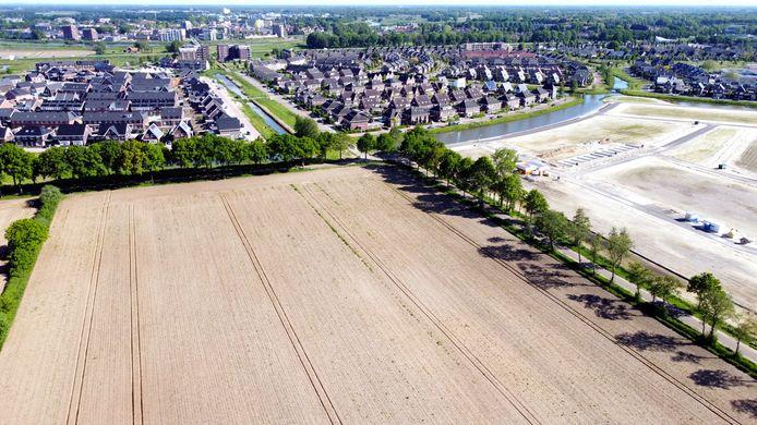 Op dit terrein in de hoek van de Plaggemarsweg (van rechtsonder naar het midden) en de naar links lopende Havermarsweg wil Hardenberg een nieuwe school en hockeyvelden realiseren. Rechts van de Plaggemarsweg verrijst weer een nieuwe fase van de snel groeiende nieuwbouwwijk Marslanden. Dat is deelgebied Marshoogte, waar vanaf dit jaar ongeveer 150 nieuwe woningen worden gebouwd.