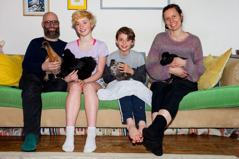 Kippenhouders David Meijer en zijn vrouw Saskia met dochter Sophie, zoon Ibi en kippen Linge (grijze), Tanne (gele), Doppelboks (zwarte) en Baverman (zwarte). Beeld Renate Beense
