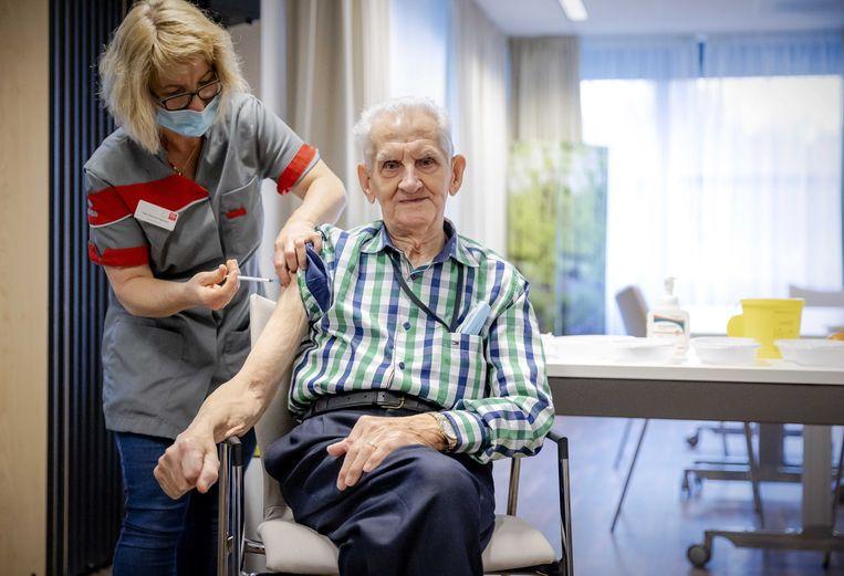 De periode tussen de eerste en tweede prik van het vaccin van BioNTech/Pfizer gaat van drie naar zes weken.  Beeld ANP
