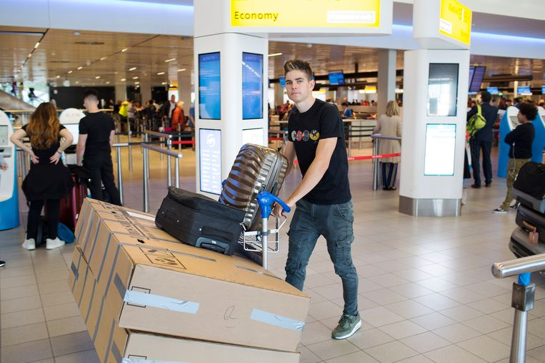 Wout van Aert in de vertrekhal van de luchthaven van Schiphol.