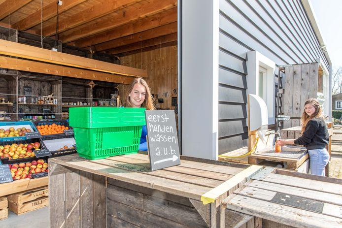 Eerst handen wassen, zeggen Michelle van Diest (l) en Célise Krapf van boerderijwinkel Buijsrogge tegen elke klant.