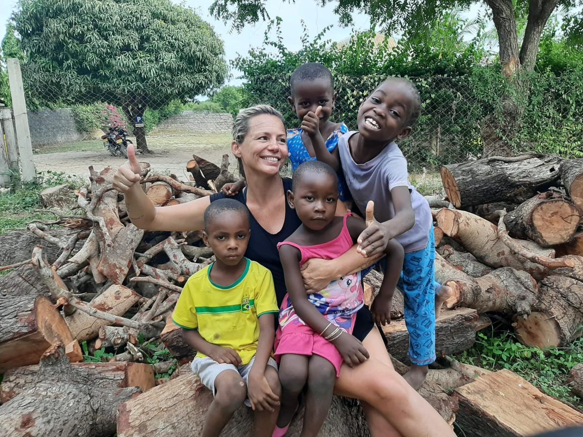 Sylvie Van Buyten bij haar bezoek aan Kenia en het weeshuis Kebene.