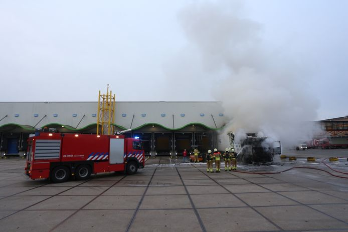 Felle brand richt veel schade aan bij een AH-distributiecentrum in Tilburg.