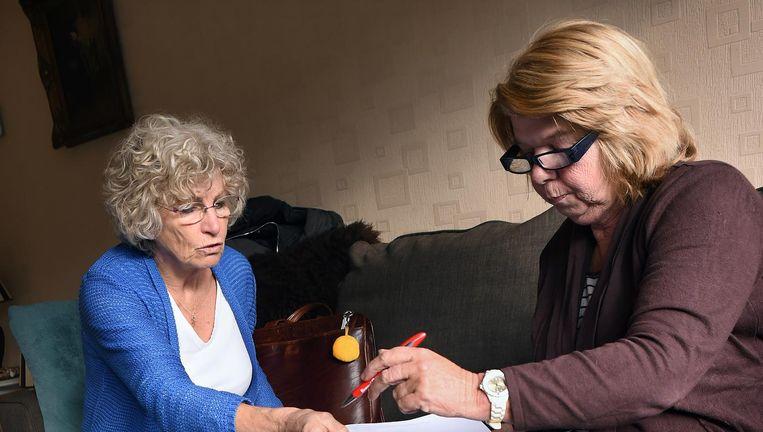 Verpleegkundige Miep Wassenaar van Happy Nurse bezoekt mevrouw Roos in Den haag. Beeld Marcel van den Bergh