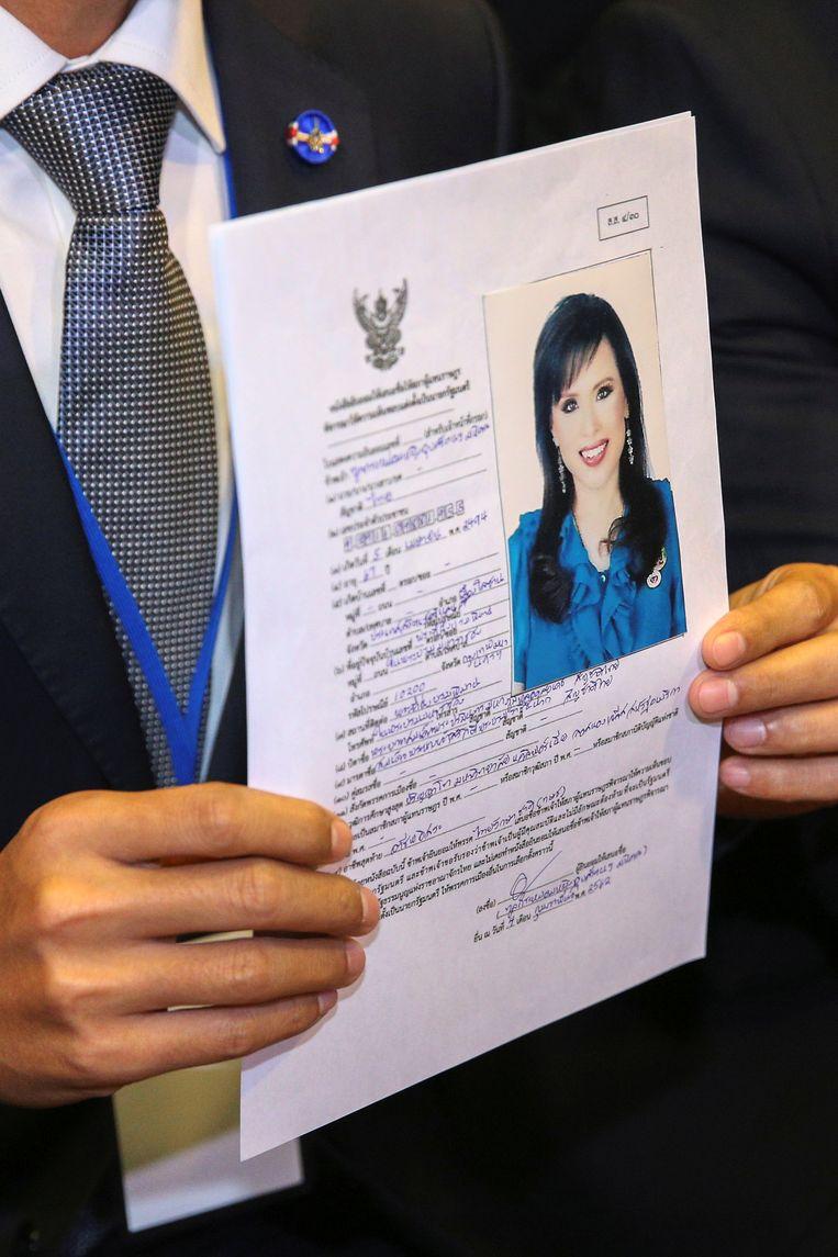 Partijleider Preechapol Pongpanich van de partij Thai Raksa Chart met een officiële kandidaatstelling van Ubolratana Rajakanya, de oudere zus van de Thaise koning.