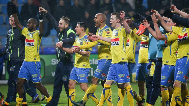 Westerlo viert de overwinning tegen Standard na afloop van de wedstrijd. Beeld BELGA