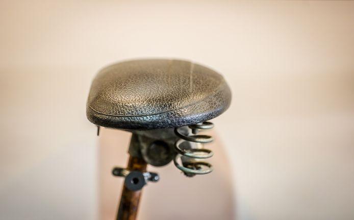 Bij huur-fiets te Diksmuide is er een permanente tentoonstelling van fietszadels doorheen de tijd