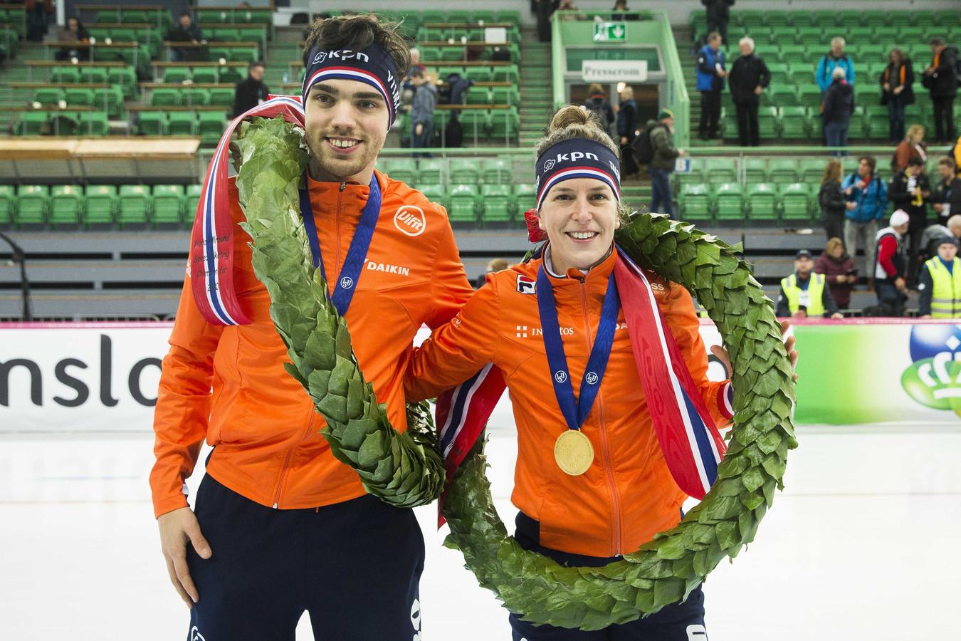 Wereldkampioenen Ireen Wust en Patrick Roest maken een ereronde na het winnen van het WK allround in Hamar van vorig weekend.