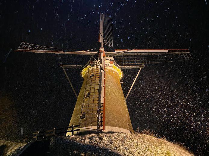Besneeuwde molen in Etten.