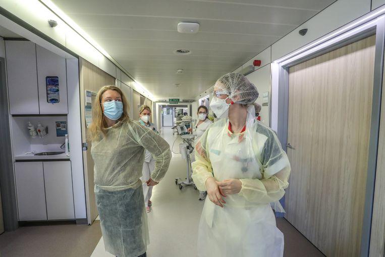 Reporter Nadine Van der Linden (links) mocht mee op ronde en kreeg daarvoor de juiste beschermkledij aangemeten. Beeld
