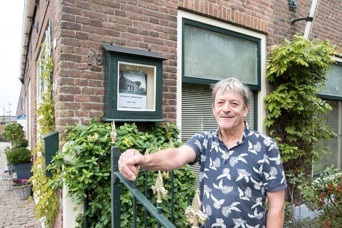 Kees de Broekert bij het voormalige gemeentehuisje van Duivendijke in Looperskapelle.